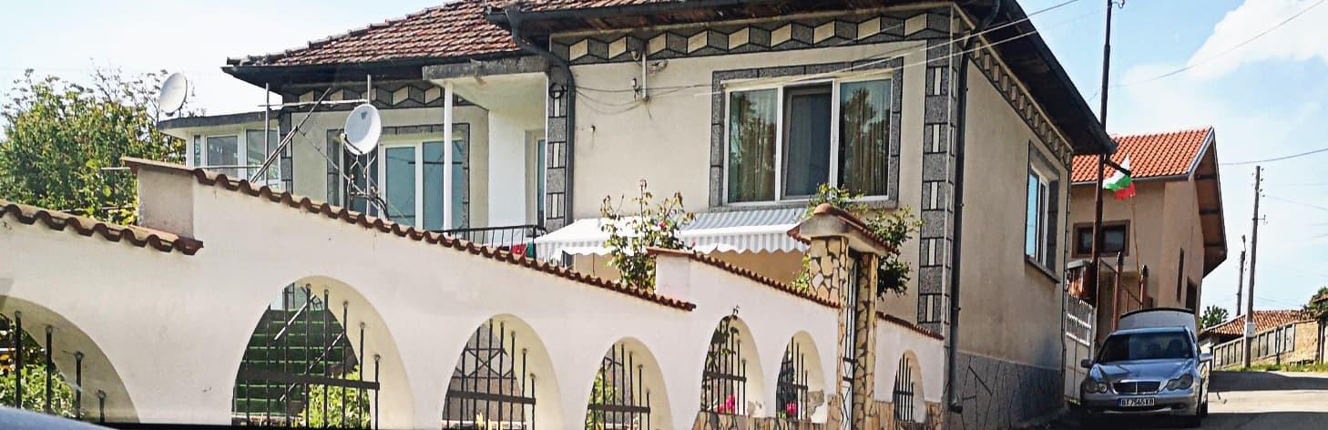 Къщата на Събка и родата е една от най-хубавите в Самоводене, а автопаркът им- завиден